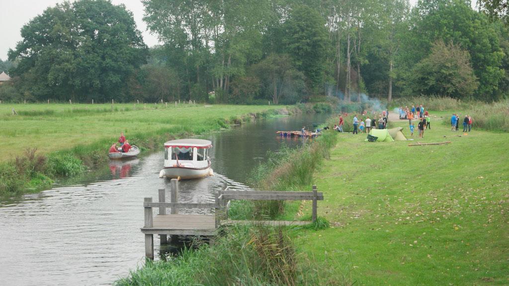 Op de voorgrond de boot die door groepen te huur is en daarachter de deelnemers van het KCK-weekend.