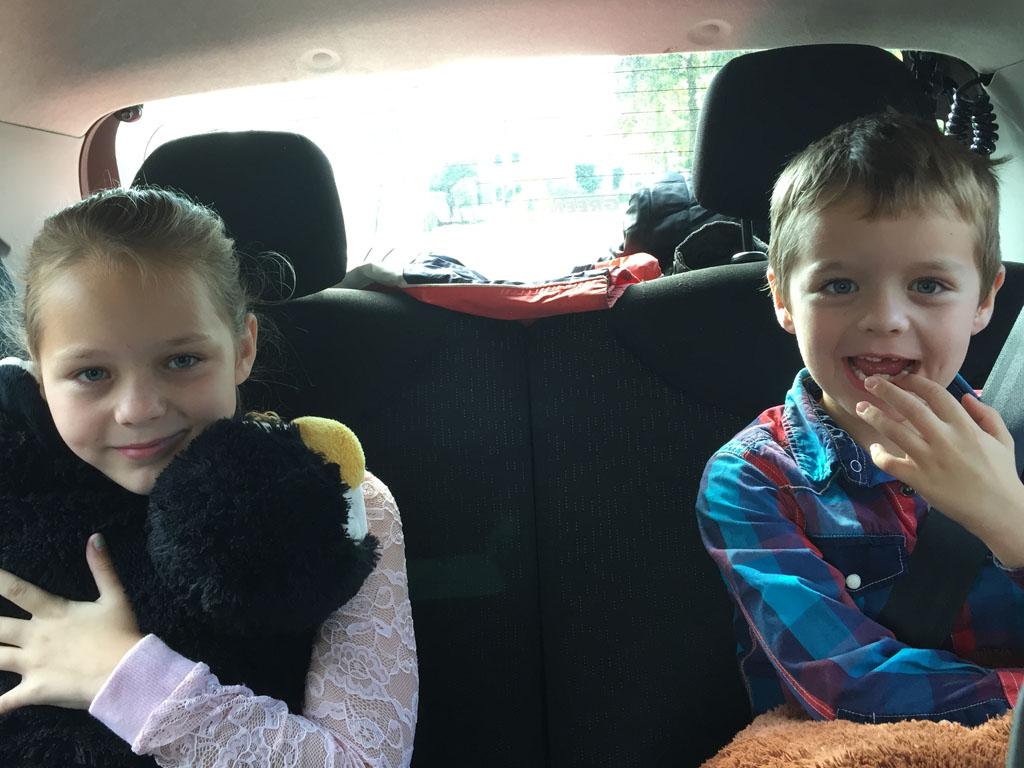 Mijn kostbare lading op de achterbank (ja, met wiebeltand...). Veilig auto rijden is nog belangrijker met kinderen.