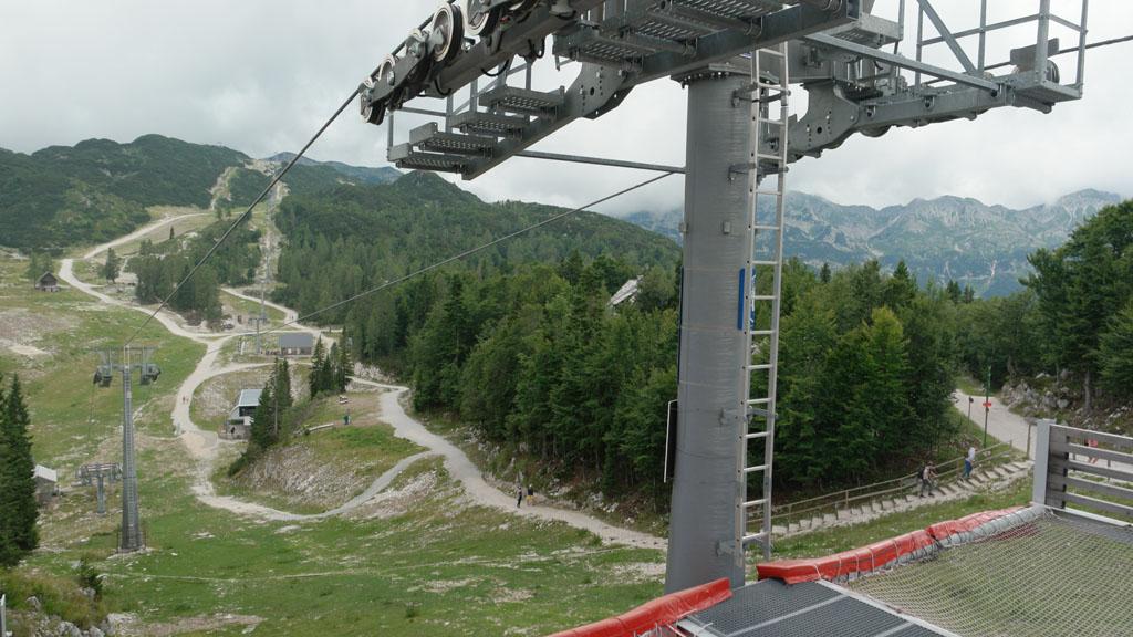 De stoeltjeslift waarmee je verder het gebied in kan.
