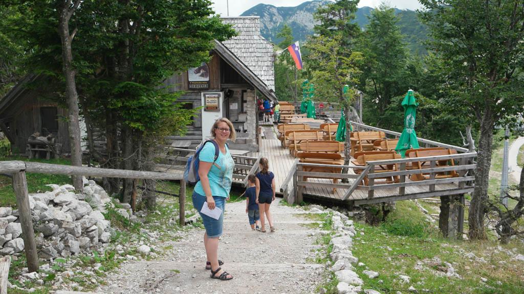 We eten bij deze berghut, op een paar honderd meter vanaf het gondelstation.