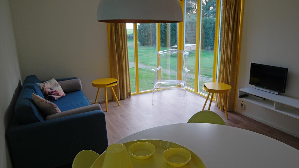 De woonkamer met de 'glazen' stoel.