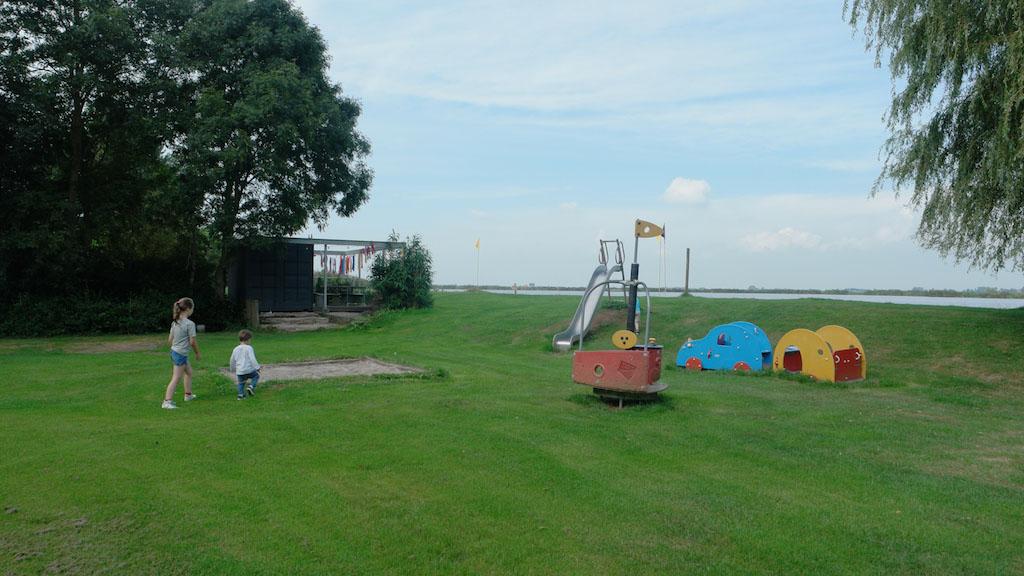 Speltuintje voor de kleinere kinderen met daarachter het strandje en het water.