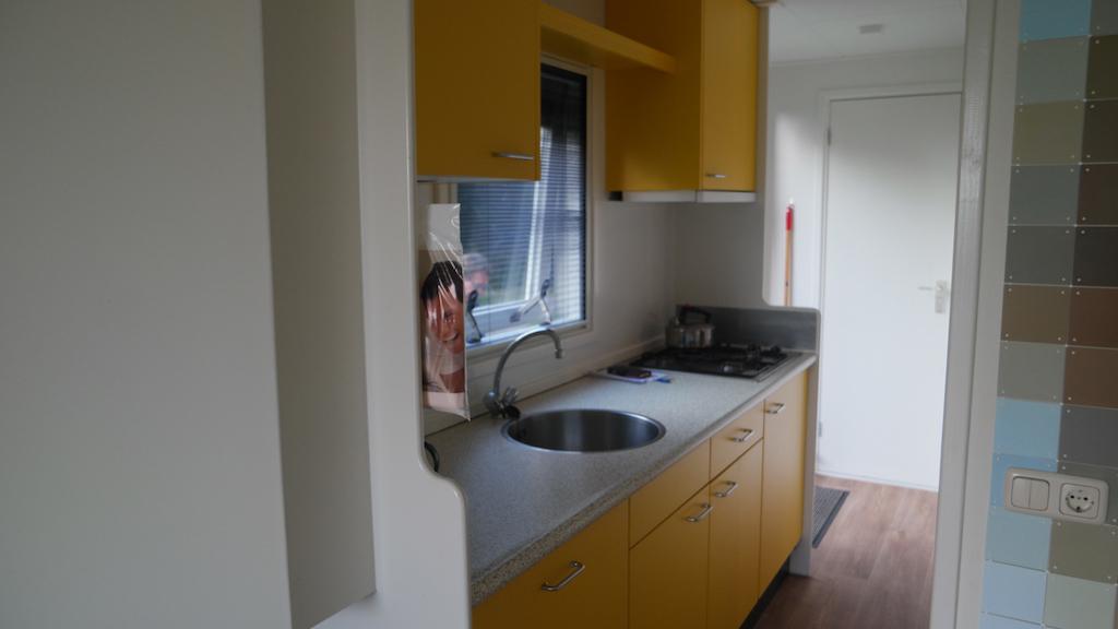 De vrolijke gele keuken.