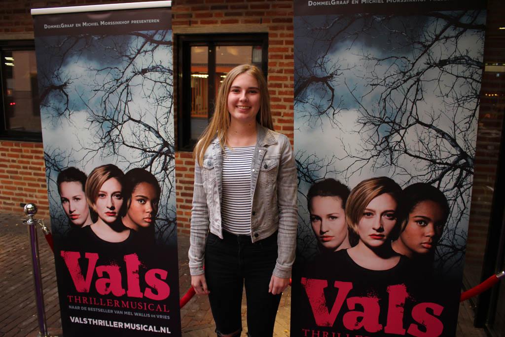Bij de rode loper tijdens de premiere van thrillermusical Vals.