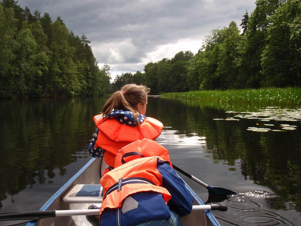 Ook op een bewolkte dag kan je prima kanoën. Er bestaat geen slecht weer, alleen slechte kleding. Dus jas aan en gaan.