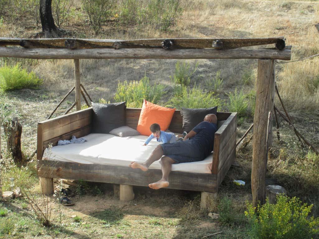 Relaxen of stoeien op de grote loungebank.