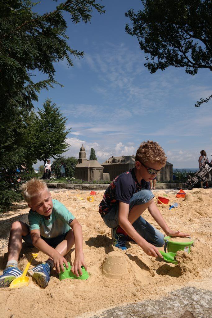 Zelf een zandsculptuur maken in de zandbak.