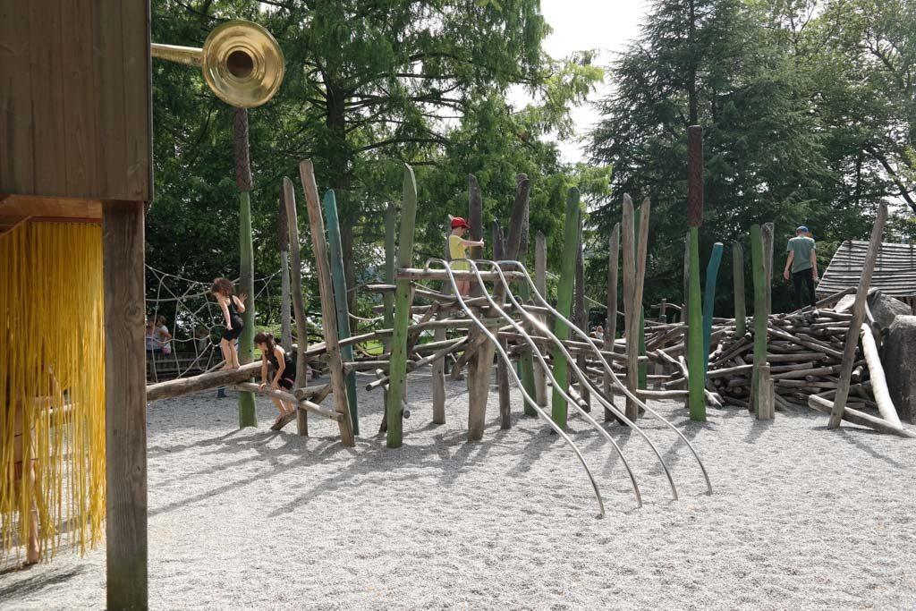 Een enorme uitdagende speeltuin met veel klimobjecten.