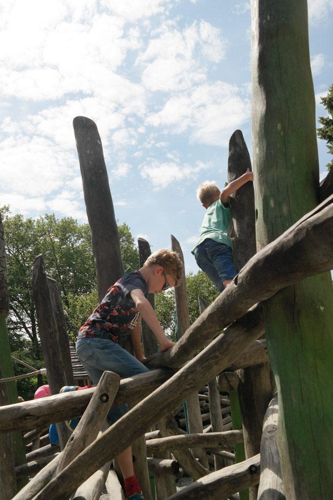 Klimmen en klauteren in de speeltuin.