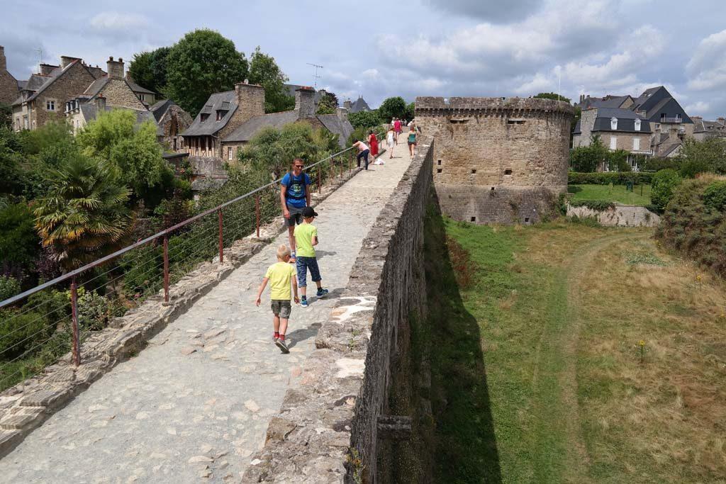 Wandeling over de oude Middeleeuwse stadsmuur.