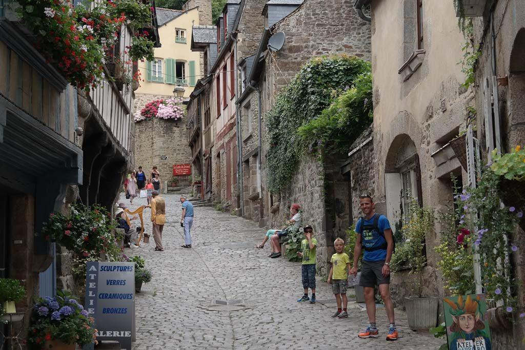 Een steil straatje met stijlvolle winkeltjes en galeries.