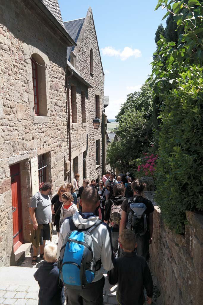Enorme drukte in de smalle straatjes van Mont Saint Michel.