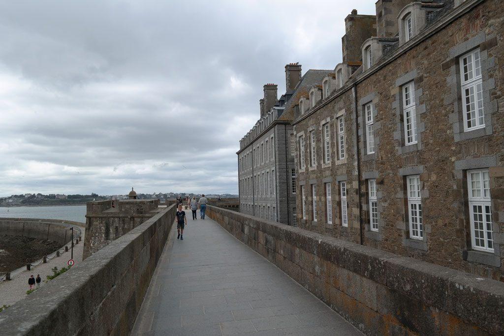 Wandeling over de oude stadsmuren van Saint Malo.