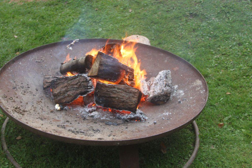 Even opwarmen. Festivals of winterfairs zijn in het najaar vaak sfeervol voorzien van vuurkorven.