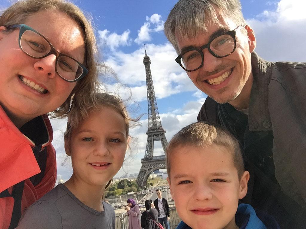 Happy dat we helemaal op de top van de Eiffeltoren zijn geweest.