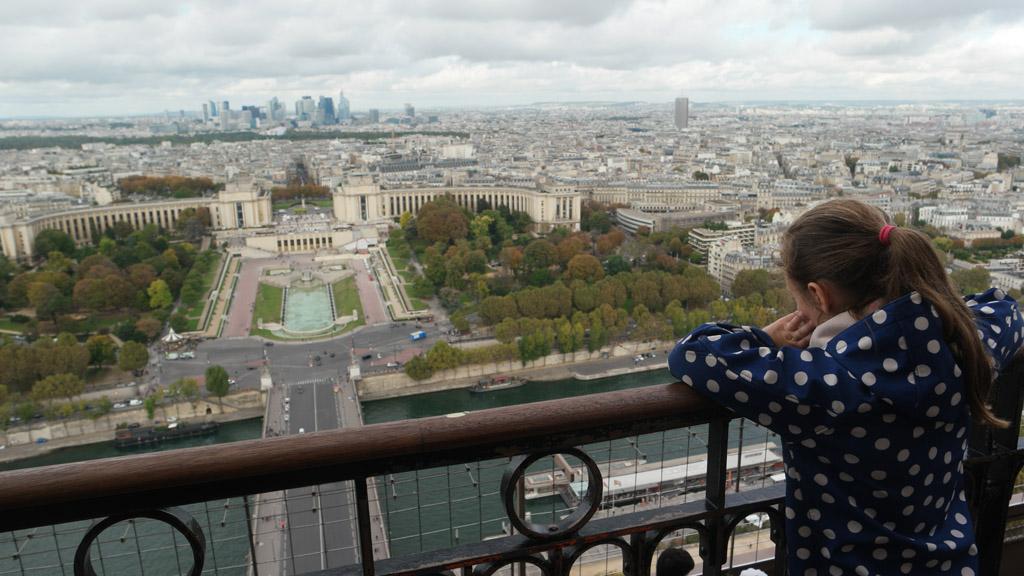 Naar Parijs kijken vanaf de tweede verdieping.