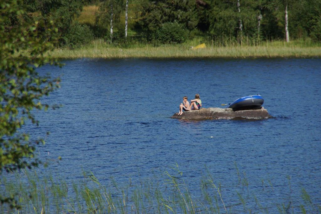 Varen met een rubberboot naar rotseiland, natuurlijk ging de lunchpakketjes mee!