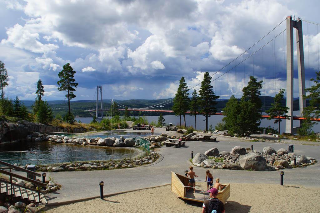 Net over de Höga kusten brug zit een informatiecentrum met een leuke speeltuin.