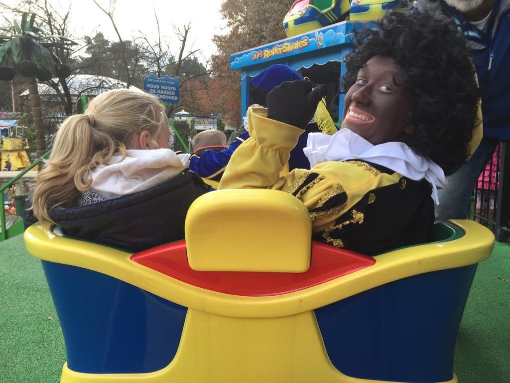 Zwarte Piet in de achtbaan.