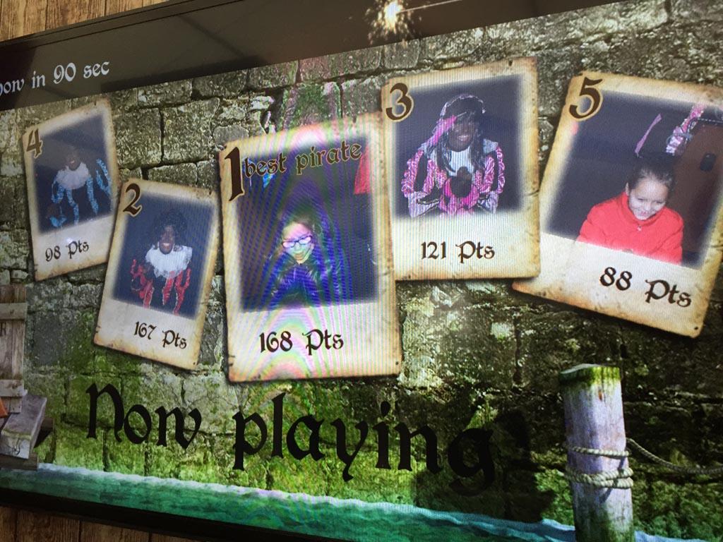Met drie Zwarte Pieten een lasergame spelletje doen.