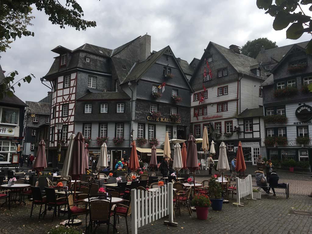 De markt, met daaraan gelegen het Kafe Kaulard.