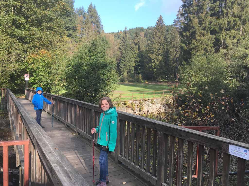 Deze brug brengt je naar het hoger gelegen kampeerterrein.