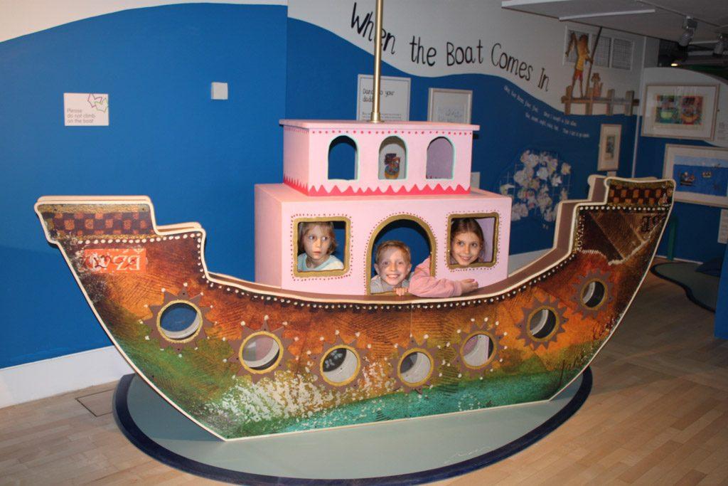 Spelen in het kinderboekenmuseum.
