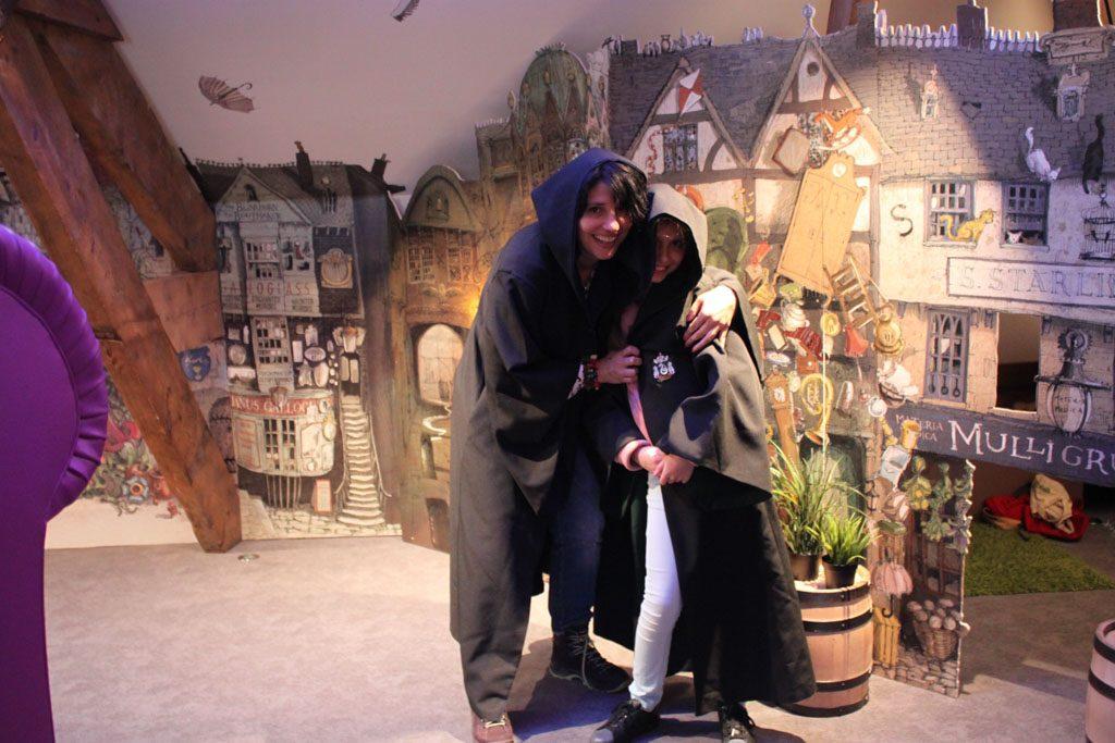 Verkleden als Harry Potter figuren op de zolder van het museum.