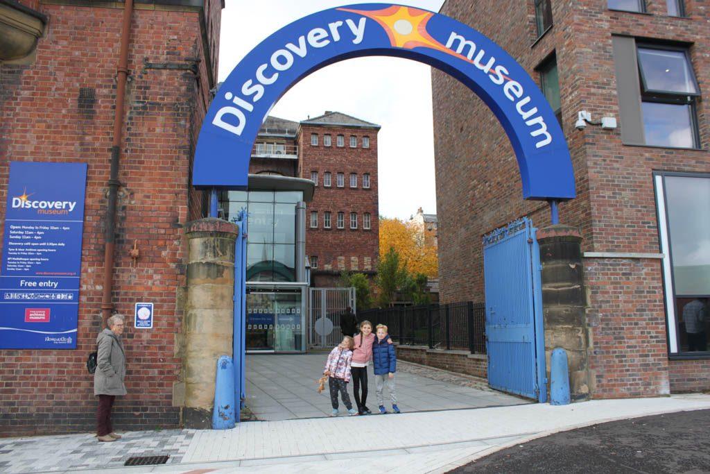 Het Discovery Museum is gratis toegankelijk.