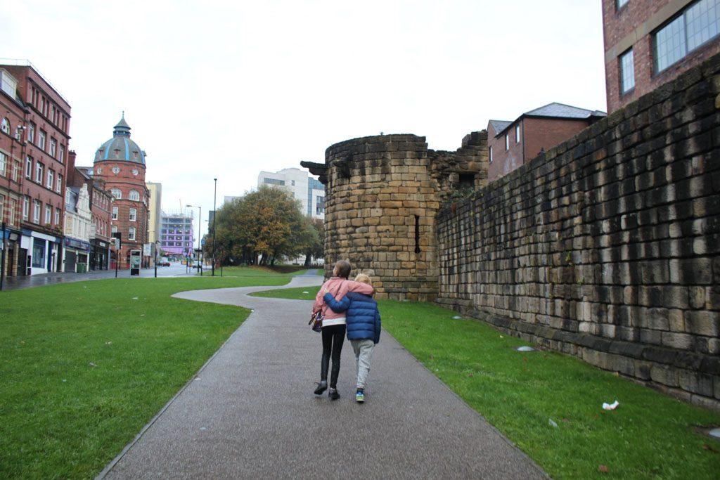 De overblijfselen van de oude stadsmuur, die nog stamt uit de tijd van de Romeinen.