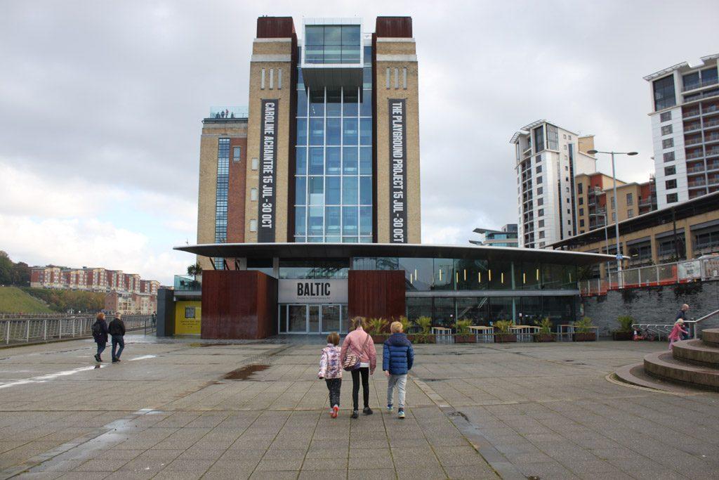 Markant gebouw met heel veel moderne kunst. En leuke kinderactiviteiten.