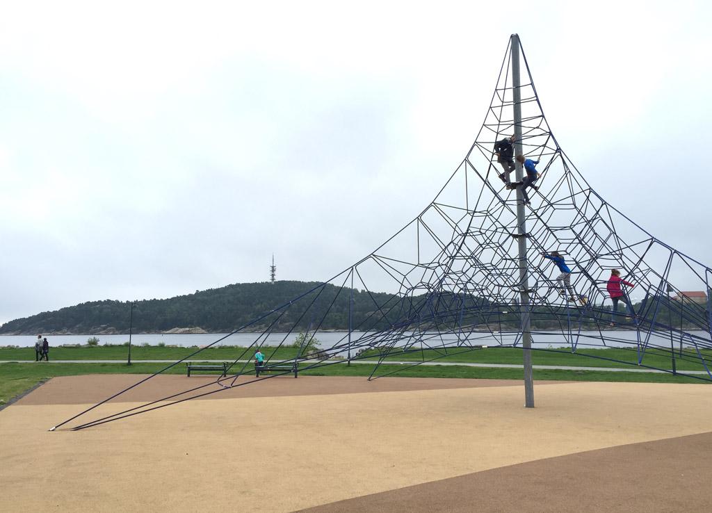 De klimtoren. Een van de vele speelgelegenheden in de stad.
