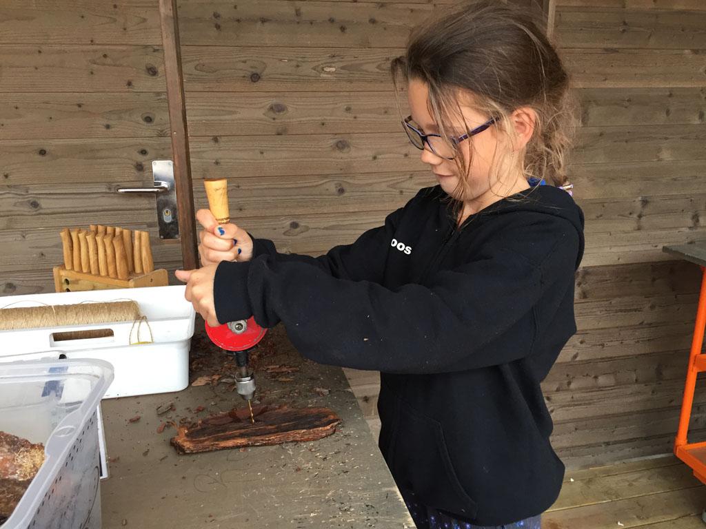Roos maakt haar eigen boomschorsboot.