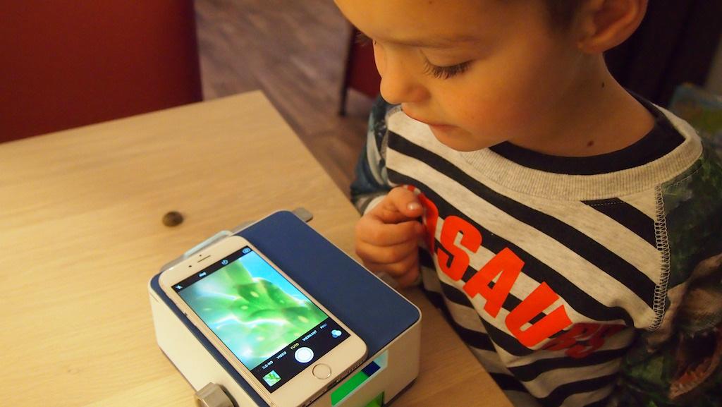 Een blaadje bestuderen met de Smartscope.