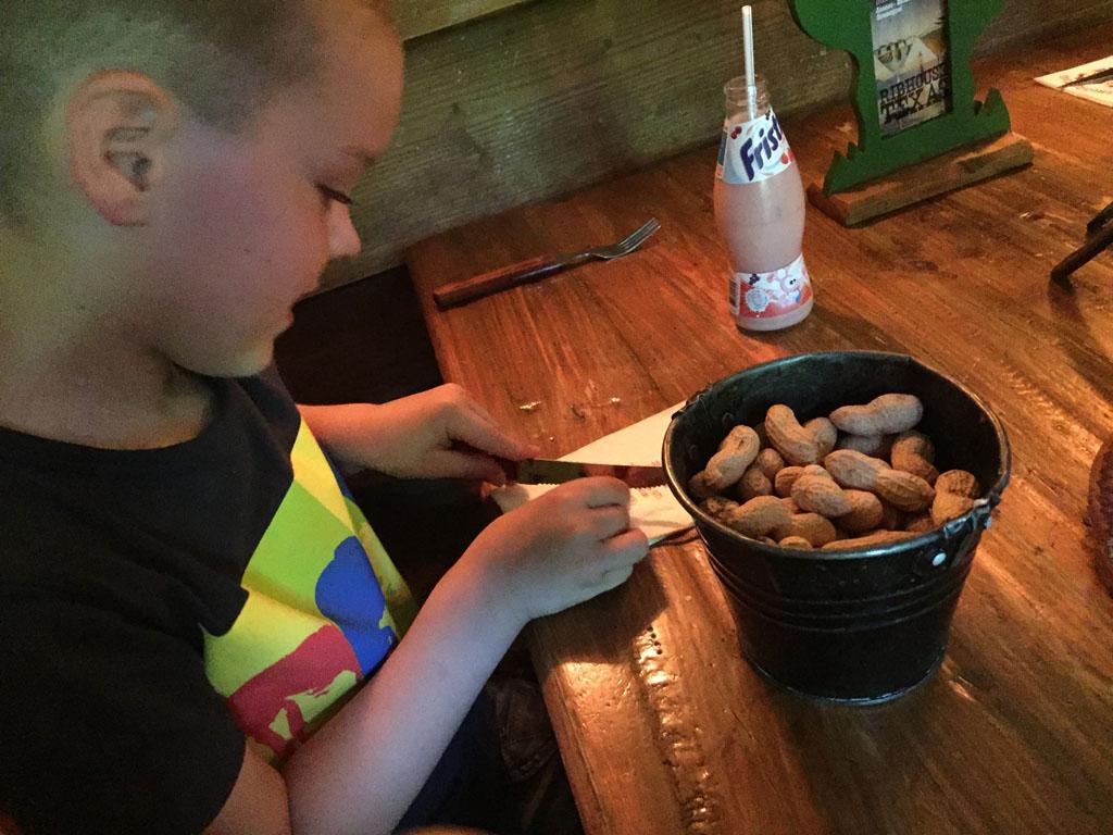 Wat een feestje: pinda's doppen en de schilletjes op de grond gooien.