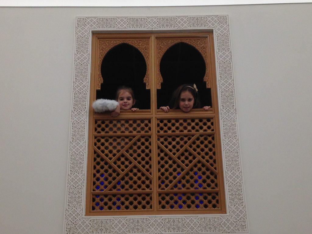 De meiden genieten van de ontdekkingsreis door Marokko.