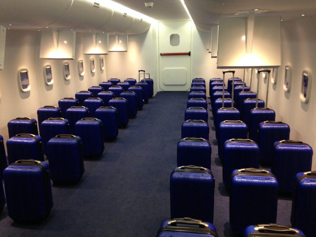 In het vliegtuig.