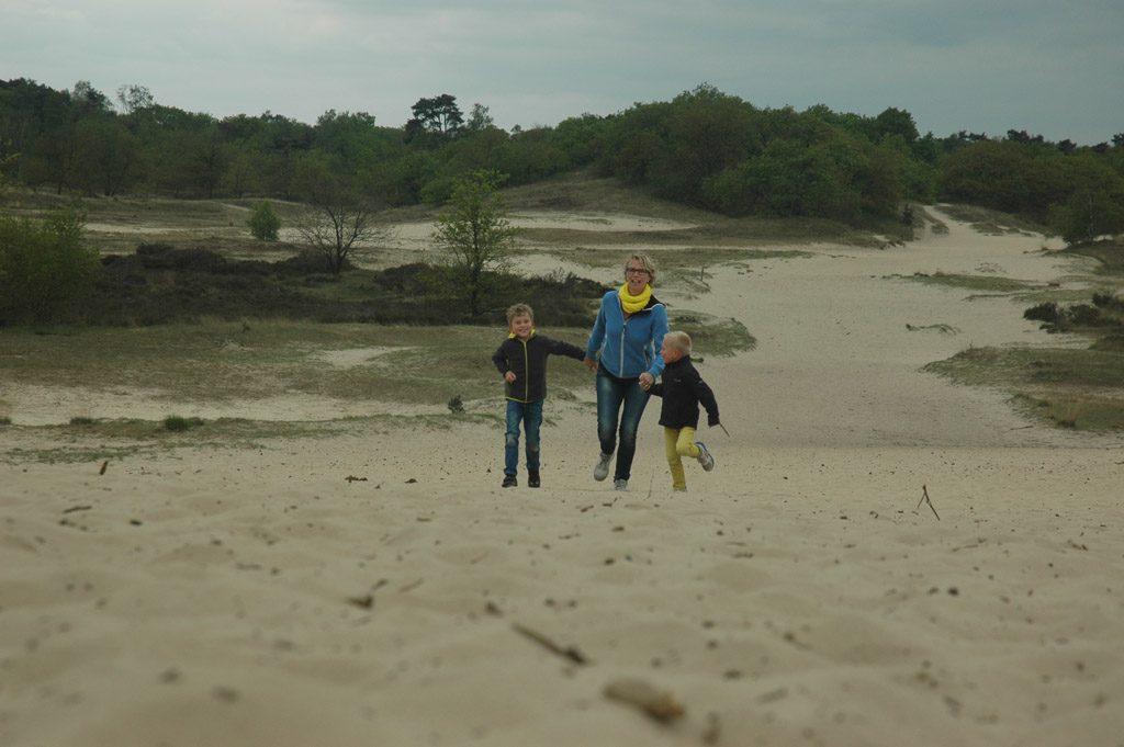 Rennen door het zand.