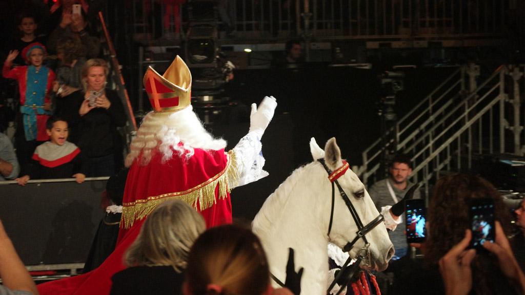 Door de camera boven m'n hoofd te houden kan ik Sinterklaas vastleggen.