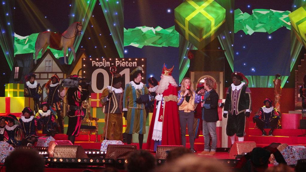 Sinterklaas krijgt te horen over de weddenschap en de inzet.