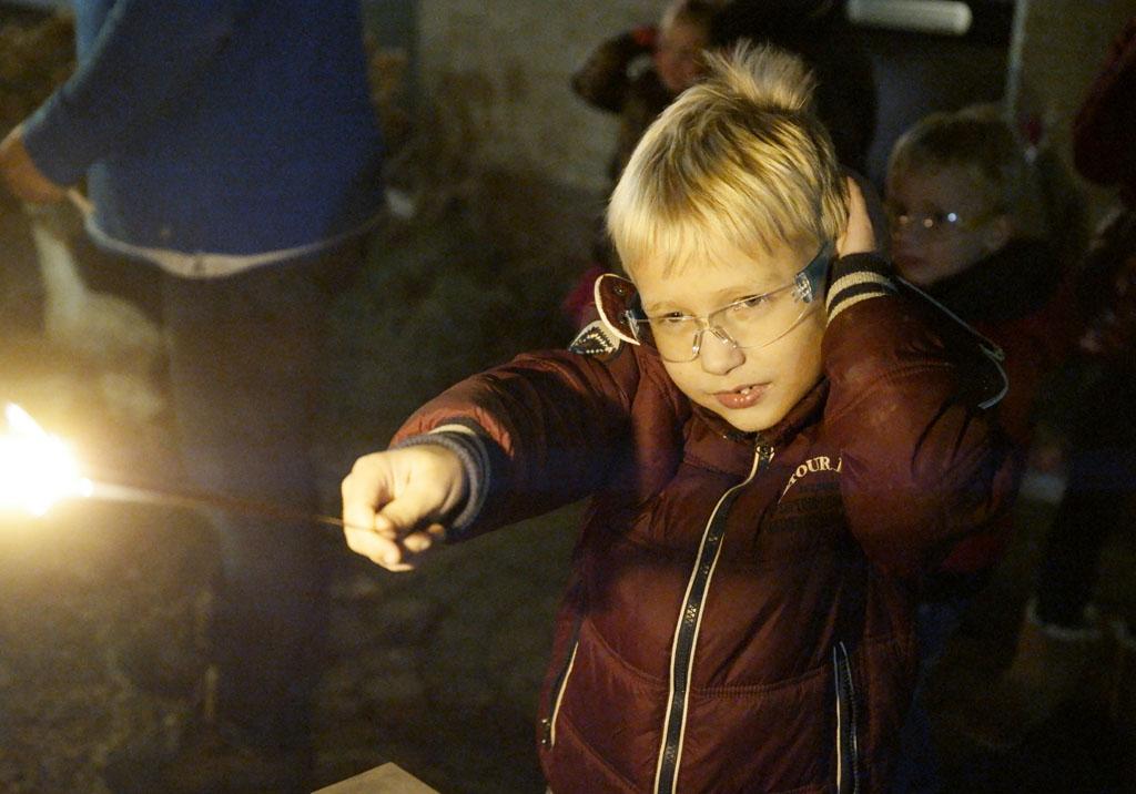Sommige kinderen vinden het harde geknal van vuurwerk eng en zijn echt bang.