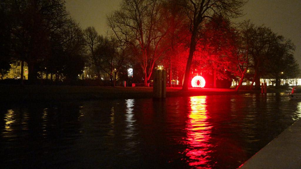Met de rondvaartboot komen we ook langs het gedeelte van het Amsterdam Light Festival waar de wandeling is.