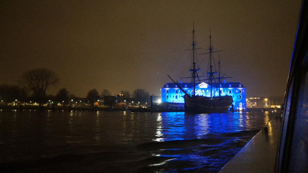 Het verlichte Scheepvaartmuseum.