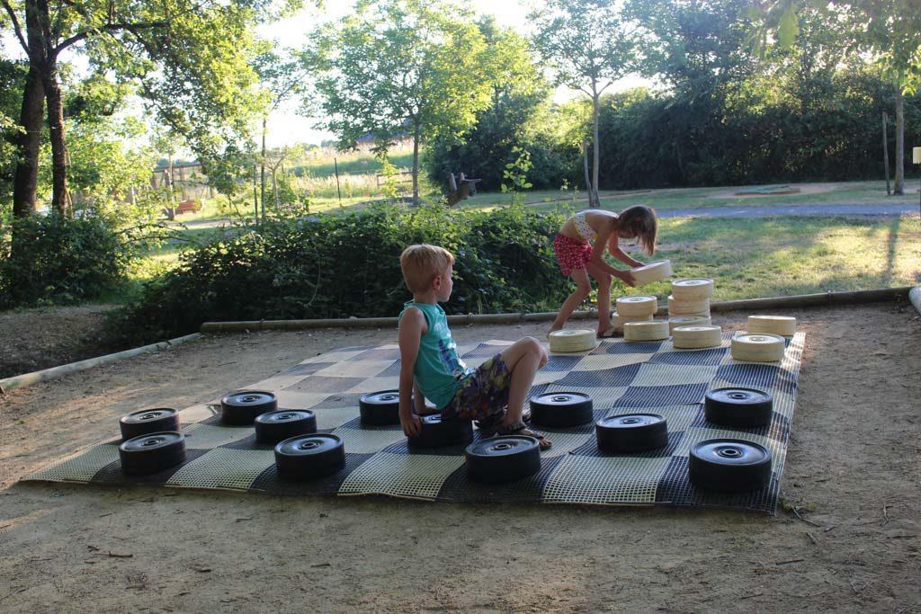 Op het vakantiepark zijn gratis activiteiten en betaalde activiteiten zoals het klimmen.