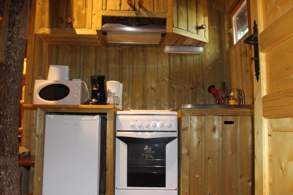 Kleine keuken met alles wat we nodig hebben.