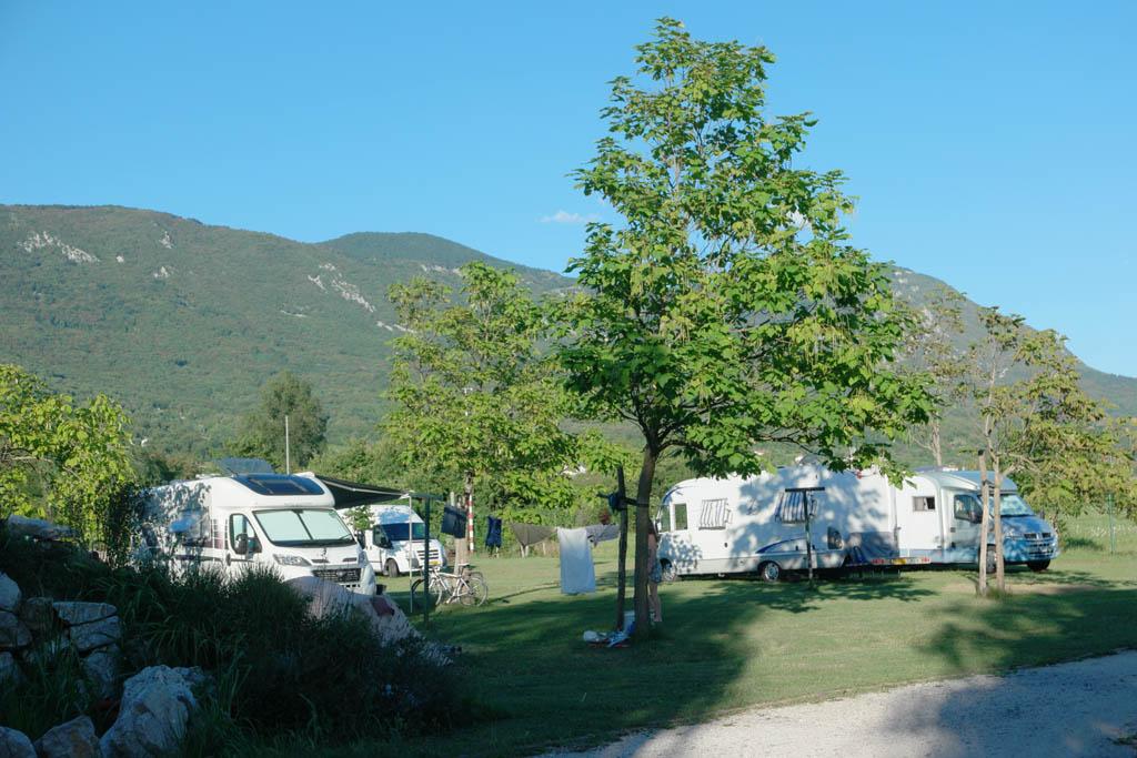 De kampeerplekken staan aan een straatje.