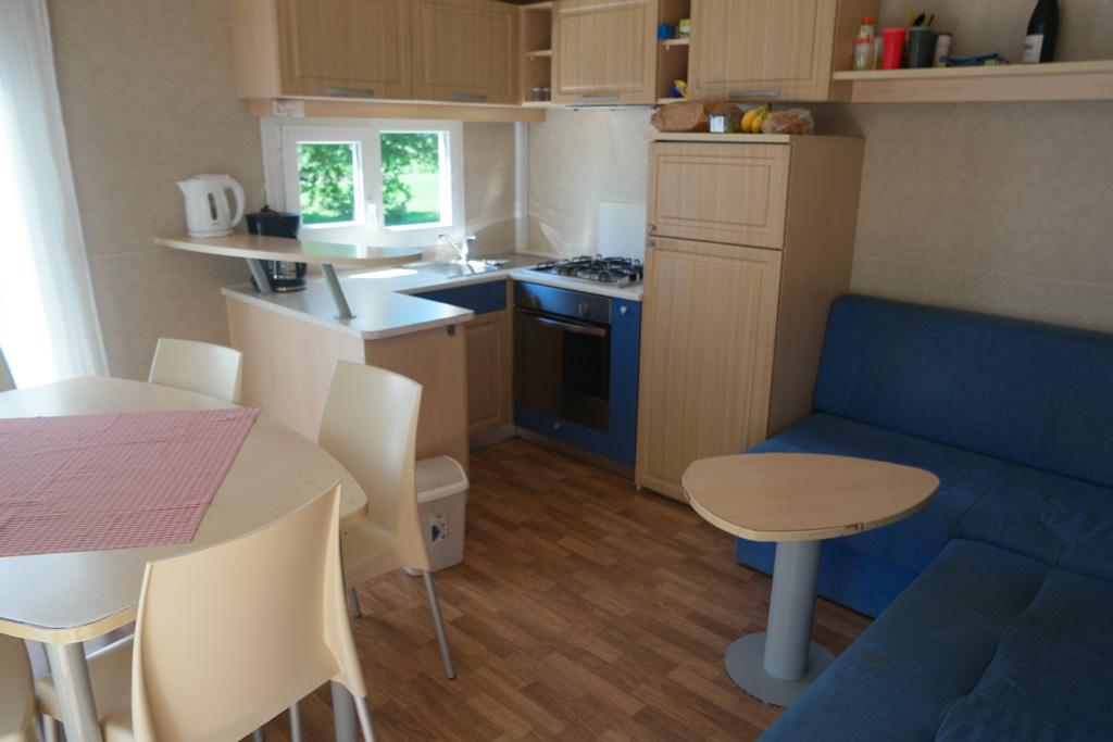 De woonkamer met keuken.