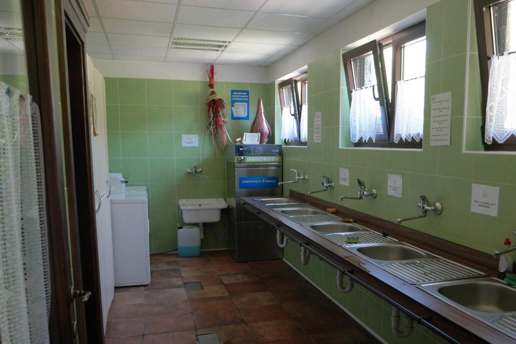 De ruimte met de wasmachines en ruimte om af te wassen.