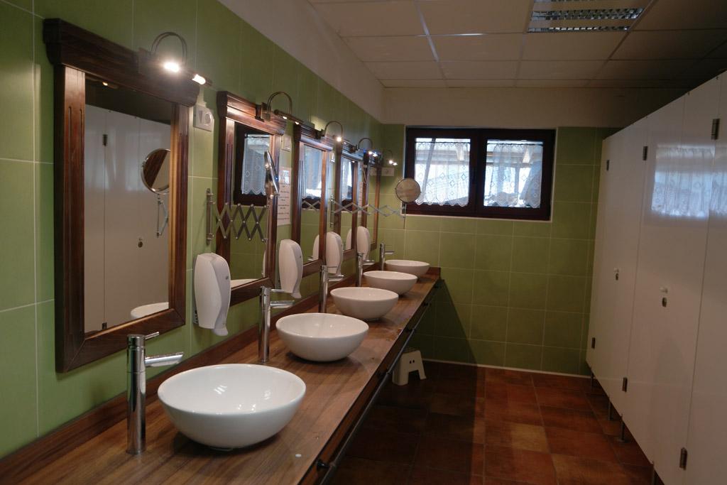 Douches, toiletten en wastafels.