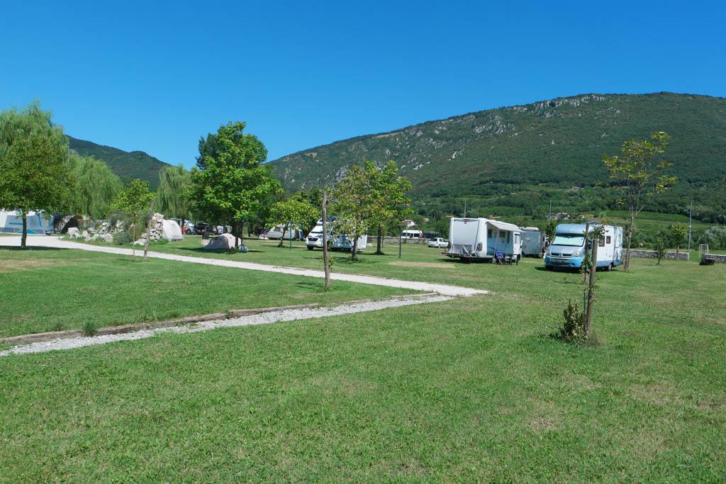 Op sommige plekken staan de tenten dicht op elkaar terwijl er elders nog genoeg ruimte is.